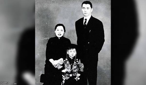 Джеки Чан в детстве с отцом Чарльзом и мамой Лили