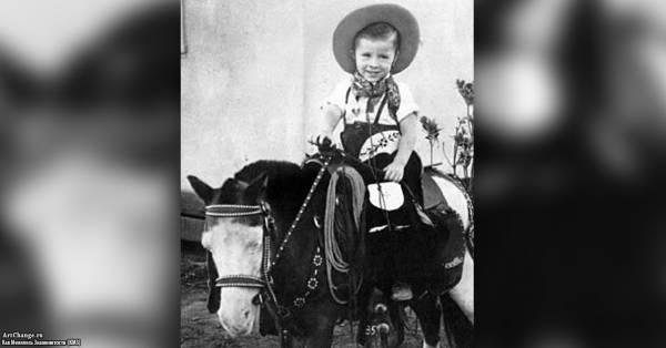 Чак Норрис в детстве на пони в шляпе