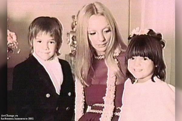 Киану Ривз в детстве с сестрой и мамой
