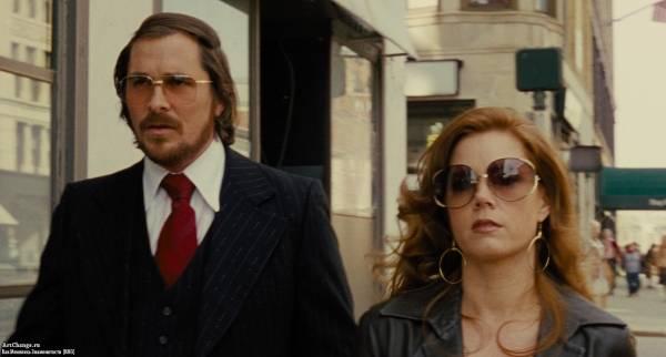 Кристиан Бэйл с Эми Адамс в картине Афера по-американски (2013)