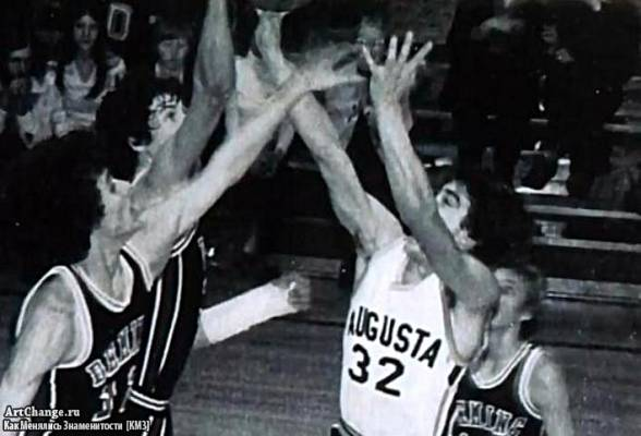 Джордж Клуни в молодости играет в баскетбол