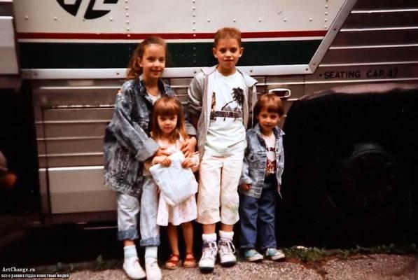 Скарлетт Йоханссон в детстве с братьями и сестрой