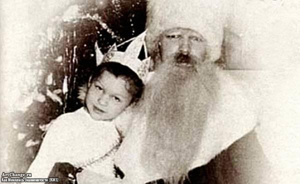 Милла Йовович в детстве с Дедом Морозом