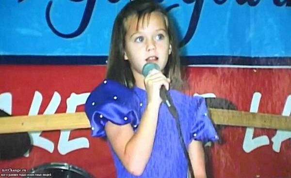 Кэти Перри в детстве с микрофоном