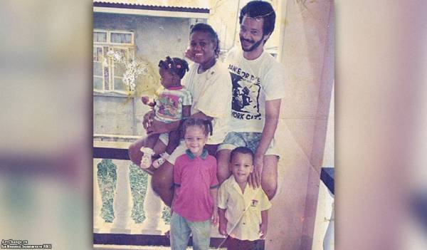Рианна Робин Фенти с братом, отцом Рональдом, матерью Моникой
