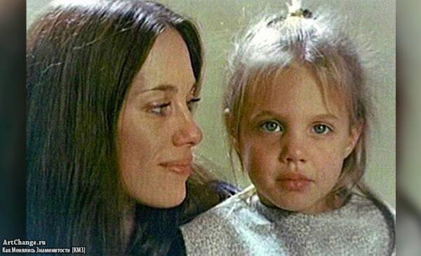 Анджелина Джоли в детстве с мамой Маршелин Бертран