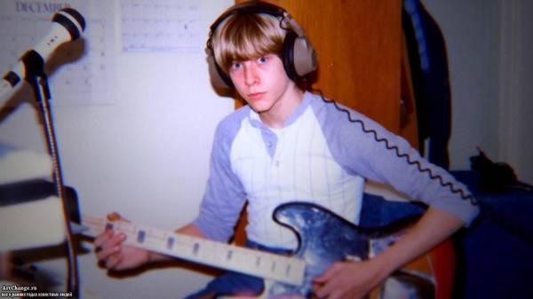 Курт Кобейн в юности с гитарой