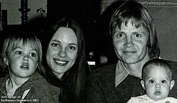 Анджелина Джоли в детстве со своими родителями и братом