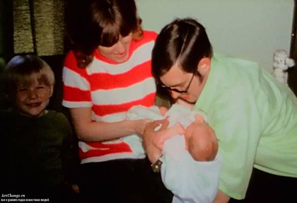 Курт Кобейн в детстве с родителями и сестрой