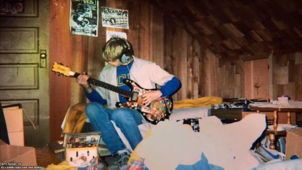 Курт Кобейн в юности играет на гитаре