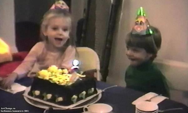 Скарлетт Йоханссон в детстве с братом на Дне Рождения