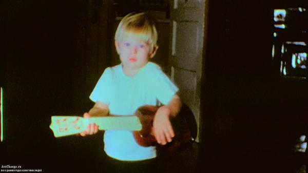 Курт Кобейн в детстве с игрушечной гитаркой