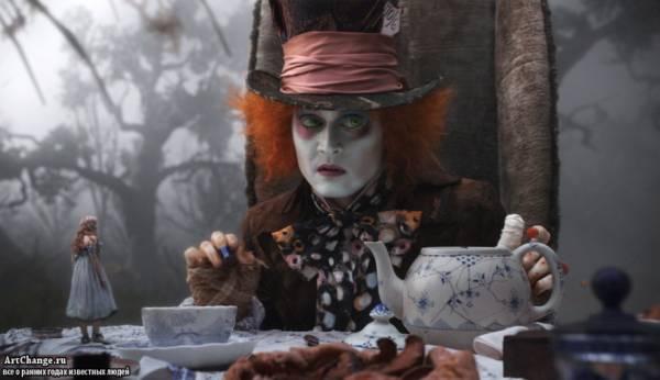 Джонни Депп в роли Безумного Шляпника в Алиса в стране чудес (2010)
