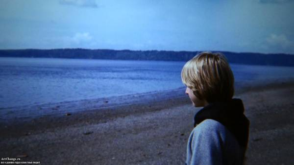 Курт Кобейн в детстве грустит на берегу