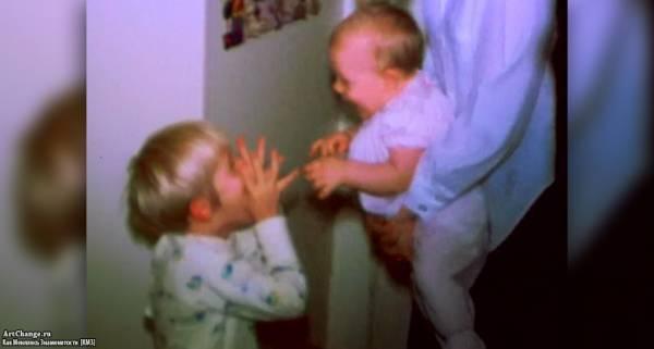 Курт Кобейн в детстве играется с сестрой