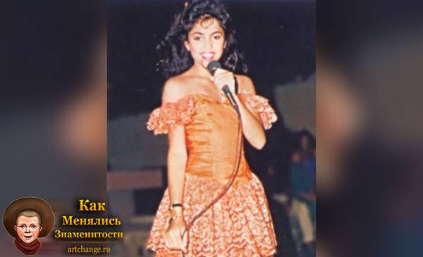 Шакира в юности с микрофоном поет