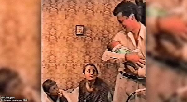 Эдвард Атева на руках у отца с родителями (1996 год)