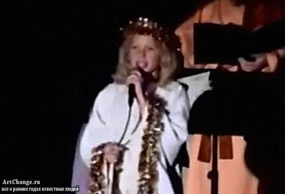 Аврил Лавин в детстве исполняет церковные песни