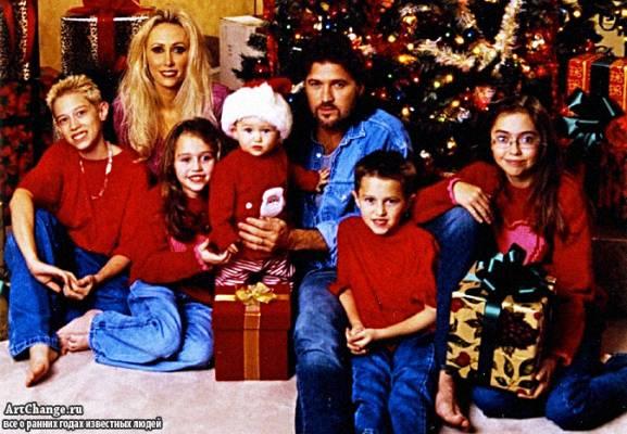 Маленькая Майли Сайрус с родителями, братьями и сестрами