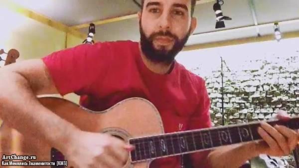 Иван Ургант играет на гитаре