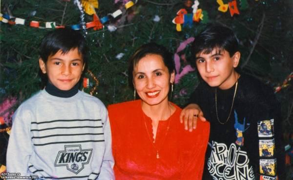 Натан Миров в детстве с мамой и братом