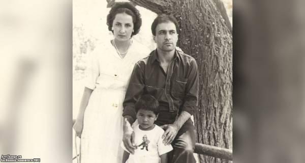 Натан Миров в детстве с родителями