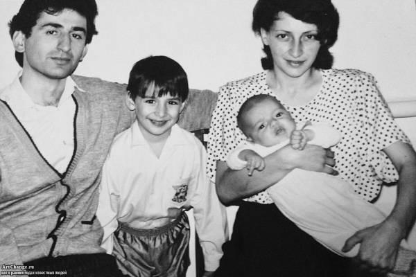Леван Горозия, L'One в детстве с братом Мераби, отцом и матерью