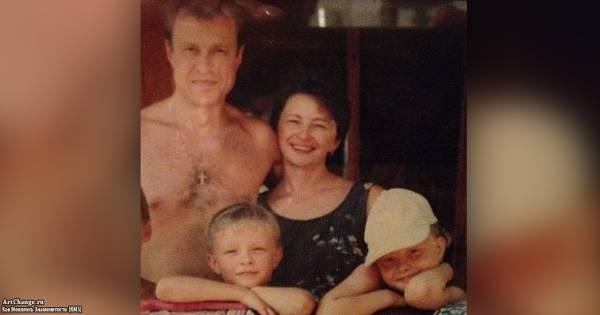 Малолетний Егор Крид Булаткин с отцом, мамой и сестрой Полиной