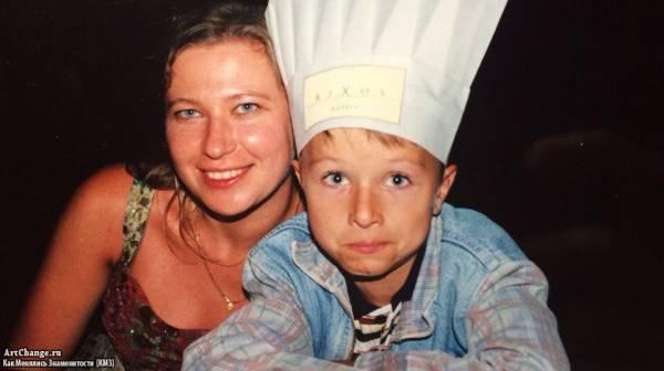 Ян Гордиенко (ЯнГо, YanGo) в детстве с матерью