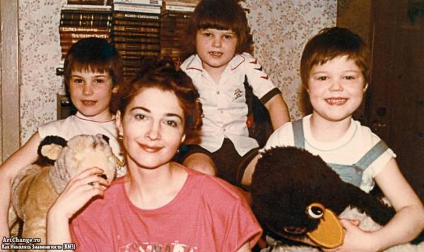 Данила Козловский в детстве с мамой и братьями Егором и Иваном (1990)
