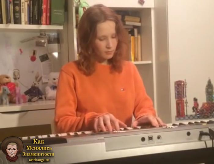 Лиза Монеточка за синтезатором поет свои песни на ютубе